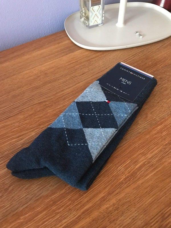Moje Balení 2 páru panských kvalitních ponozek Tommy Hilfiger  od Tommy Hilfiger! Velikost Univerzální za260 Kč. Mrkni na to: http://www.vinted.cz/muzi/ponozky/17677417-baleni-2-paru-panskych-kvalitnich-ponozek-tommy-hilfiger.
