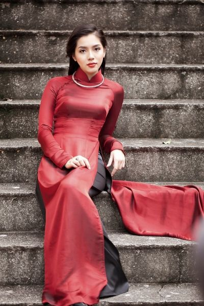 Áo Dài Việt Nam — Many Vietnamese are of French ancestry. I think this beautiful lady is one.