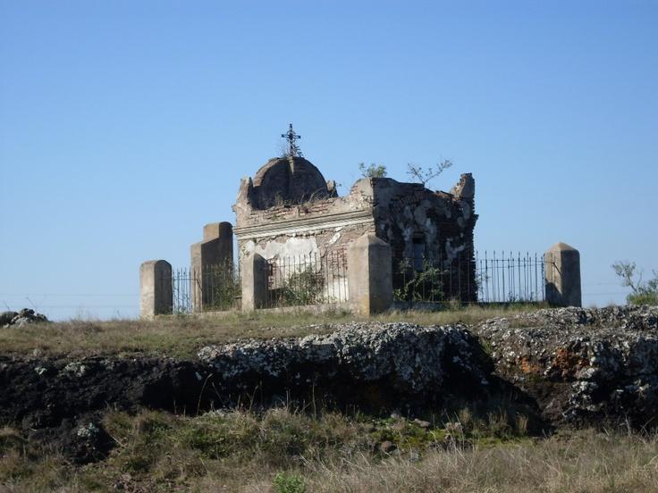 Una imagen típica del norte de Uruguay: los panteones que guardan los restos de viejos patrones de estancias y sus familiares, muchas veces cerca de las rutas. Este está ubicado en un alto rocoso, próximo al Paraje Carumbé. Ruta 31, Departamento de Salto.
