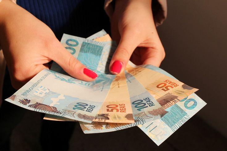 Governo propõe salário mínimo de R$ 979 para o próximo ano - O governo propôs salário mínimo de R$ 979 para o próximo ano. O valor consta do projeto da Lei de Diretrizes Orçamentárias (LDO) de 2018, apresentado hoje (7) pelos ministros anunciaram os ministros do Planejamento, Dyogo Oliveira, e da Fazenda, Henrique Meirelles.  Atualmente, o salário mínimo - http://acontecebotucatu.com.br/nacionais/governo-propoe-salario-minimo-de-r-979-para-o-proximo-ano/