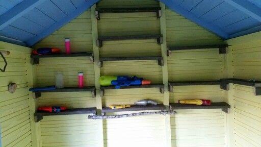 Hyllyt seinälle tehtiin jätelaudanpätkistä joita nurkista löydettiin. Puunoksaan laitamme koukkuja joihin lapset saavat kihveleitä,kahveleita ja pannuja,ym. Kiinni!