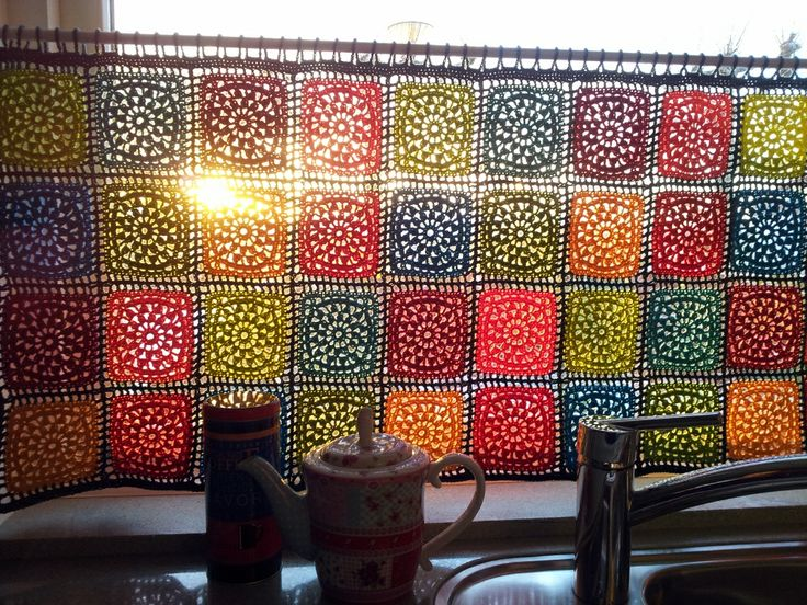 Colorful curtains, by Karin. Garn Studio square pattern at this link ~ http://www.garnstudio.com/lang/nl/visoppskrift.php?d_nr=138_id=32=nl  #crochet