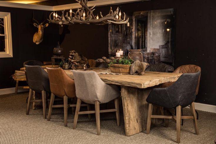 Bij Country Life Style vindt u naast landelijke meubelen een groot aanbod vintage meubelen. Zo ook deze eetkamer, met schitterende nostalgische accessoires.