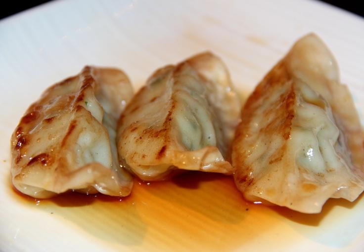 Gyoza, dumplings gevuld met kip en groenten.