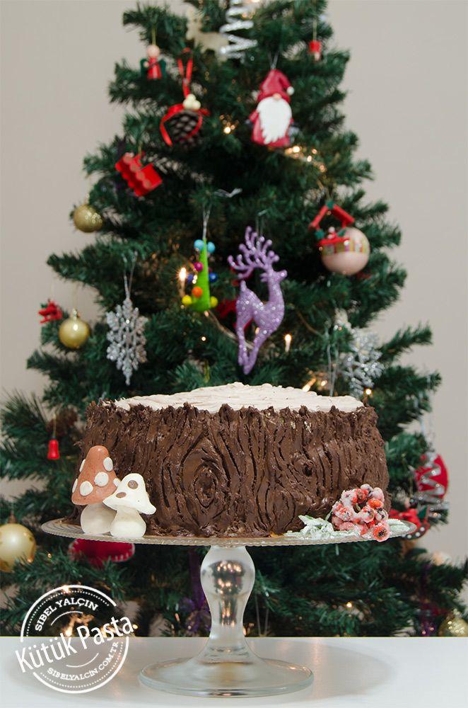 Kütük Pasta Yılbaşı soframızın son tarifi. Siz arzu ederseniz içini Kestaneli Pastatarifimde olduğu gibi hazırlayıp dışını bu pastadaki gibi kullanabilirsiniz. Ben oğlum daha çok meyveli pasta sevdiği için içini meyveli olarak hazırladım. Yeni yıl pastası:) 5.0 from 2 reviews   Kütük Pasta