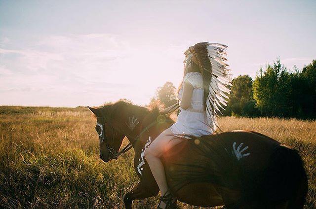 Instagram media by anytka_sysoeva - Вчера была трудная, но чудесная съемка!Валя первый раз сидела на лошади и уже без седла, представляете?Мятку первый раз разукрасили, ну а мне первый раз лошадь оттоптала все ноги😂#фотосъемка #лодашь #индеец #перья #верхом #фотографсергиевпосад #сергиевпосад #сергиев_посад #закат #horse #girl #sanset #sergievposad #sergiev_posad #portrait #photographersergievposad
