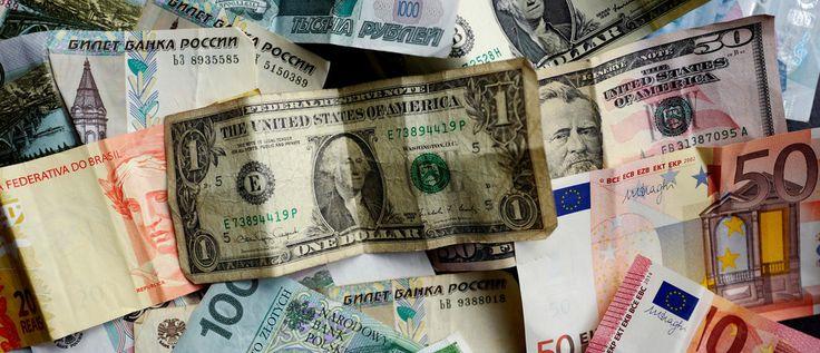 Los billetes de banco de diversas monedas, incluyendo euro, dólar americano, lira turca o Reais brasileños, se fotografían en Francfort, Alemania, en esta ilustración la imagen tomada el 7 de mayo de 2017. Foto tomada el 7 de mayo de 2017. REUTERS / Kai Pfaffenbach / Illustration - RTX3683Y