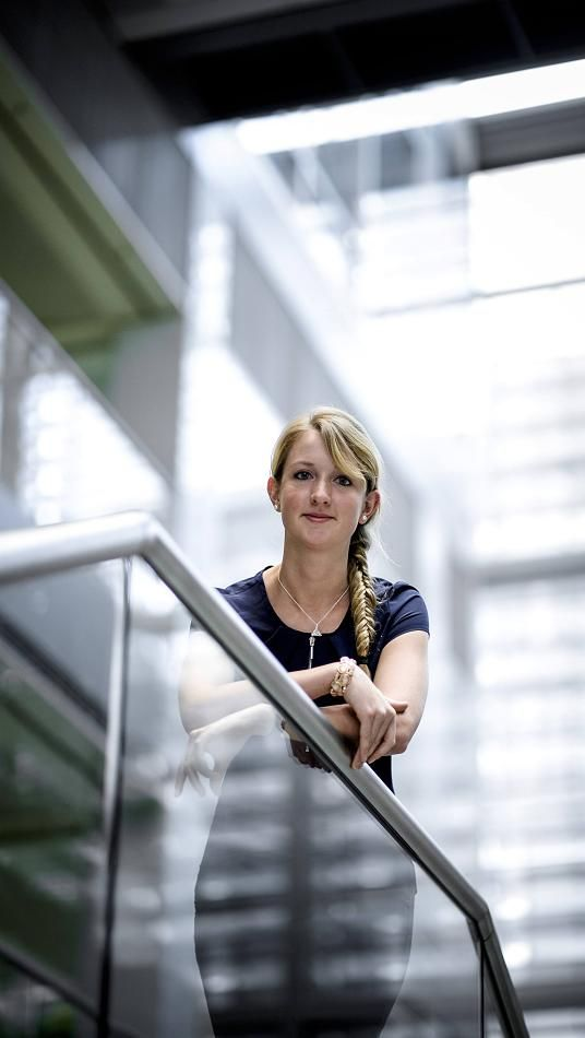 Fachhochschule der Wirtschaft (FHDW) in Mettmann: Karriereleiter mit Studium und Sparkasse - Isabell Packeisen studierte, arbeitete und machte den Bachelor of Arts in Business Administration. Zielstrebig und ehrgeizig ist sie bereits mit 23 im Job.