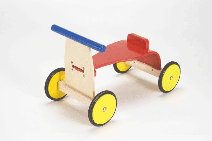 Deze mooie houten loopfiets in blank hout met primaire kleuren is erg leuk voor zowel jongens als voor meisjes. Een mooi cadeau vanaf ongeveer 1,5 jaar. De fiets heeft rubberen wielen ter bescherming van uw vloer. Ze kunnen hierdoor heerlijk door de woonkamer fietsen maar hij is natuurlijk ook geschikt voor buiten. Het helpt kinderen hun motoriek verder te ontwikkelen en wat nog belangrijker is kinderen vinden fietsen geweldig, gegarandeerd een succes!  Afmetingen: Lengte 57cm x Breedte 29cm…
