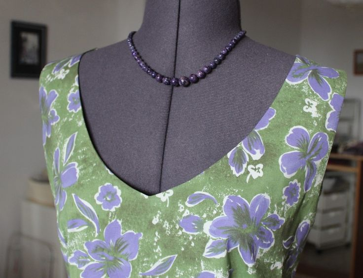 Обработка горловины и пройм цельнокроенной обтачкой. Отличный способ для узких плечевых швов.