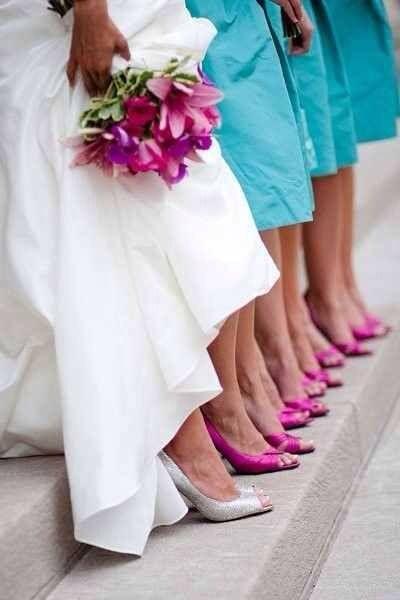 Mis damas de honor con sus zapatos rosados!