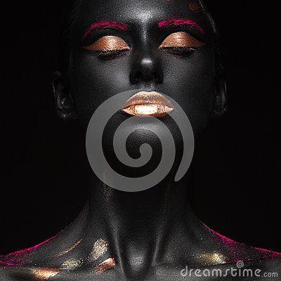Façonnez le portrait d une fille à la peau foncée avec le maquillage de couleur Visage de beauté