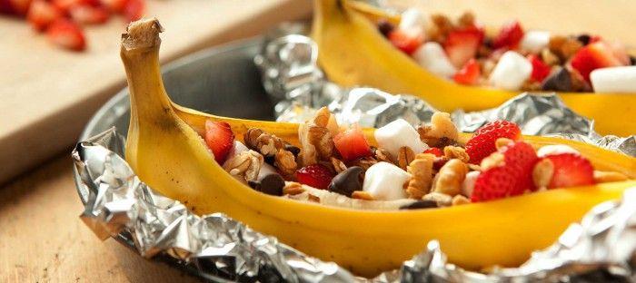 Banaan gevuld met fruit en koekkruim mini marshmallows.