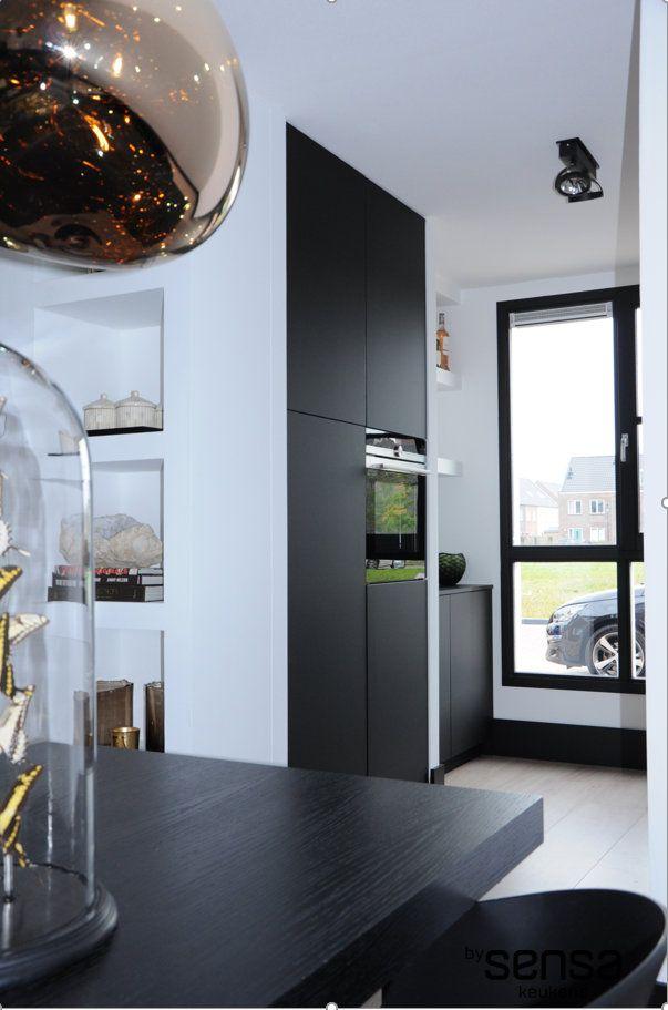 Mat zwarte keuken I mat zwart werkblad I schappen gestuukt I nissen gestuukt II siemens oven I www.bysensa.nl