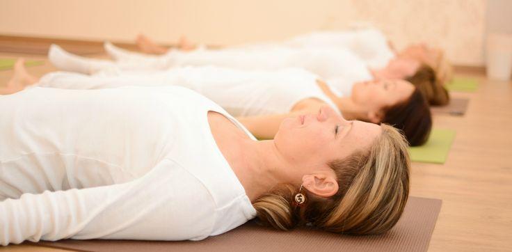 Jóga gyakorlatok: Pihenő póz - Savászana jóga ászana A relaxáció feloldja az izmokban a feszültséget, és pihenést nyújt az egész szervezetnek, ami által az ember olyan felfrissültnek érzi magát, mint egy üdítő éjszakai alvás után. Ez végigkíséri egész napi tevékenységét, és arra is megtanítja, hogyan őrizze meg energiáját, és hogyan szabaduljon meg az aggodalmaktól és félelmektől.