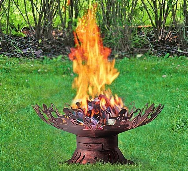 Ажурная металлическая жаровня (Тиарелла) не годится для поджаривания шашлыков, но создает в саду особую атмосферу.