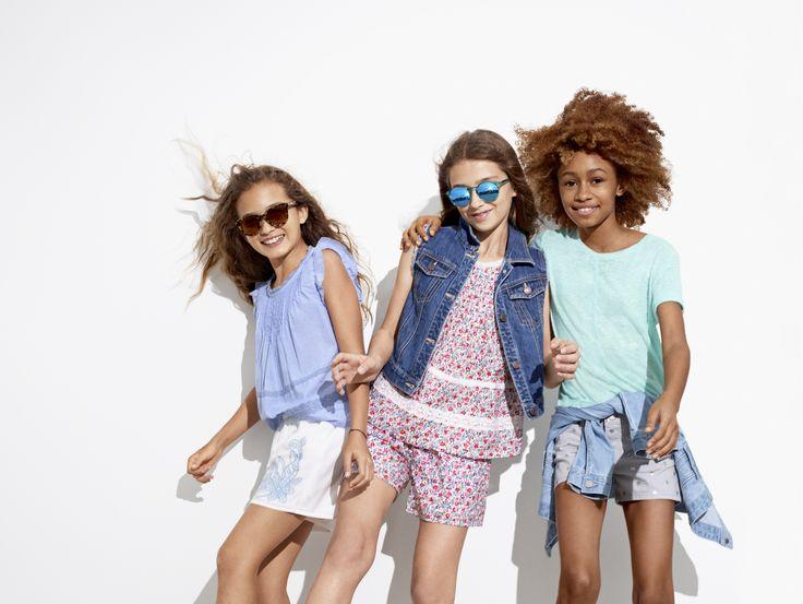 夏の太陽や青空の下、ネオンカラーのョーツやTシャツ、そしてフローラル柄などの様々なスタイルのドレスが夏らしいデザインで展開します。キッズのアクティブなサマーシーズンにぴったりのアイテムを豊富に取り揃えています。【Kids Girl】 (左) トップス/ID:202188 ※一部限定店舗での取扱い ショートパンツ/ID:217143 (中) デニムベスト/ID:197699 トップス/ID:202188 ショートパンツ/ID:217145 (右) デニムジャケット/ID:197696 ※一部限定店舗での取扱い ソリッドTシャツ/ID:197425 ※一部店舗取扱いなし デニムショートパンツ/ID:197284 http://www.gap.co.jp/browse/subDivision.do?cid=84528