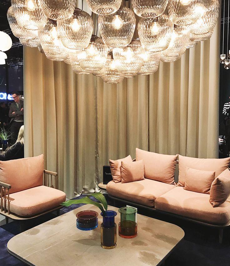 """Sofa und Sessel """"Fly"""" in der Trendfarbe Rosa von &Tradition."""