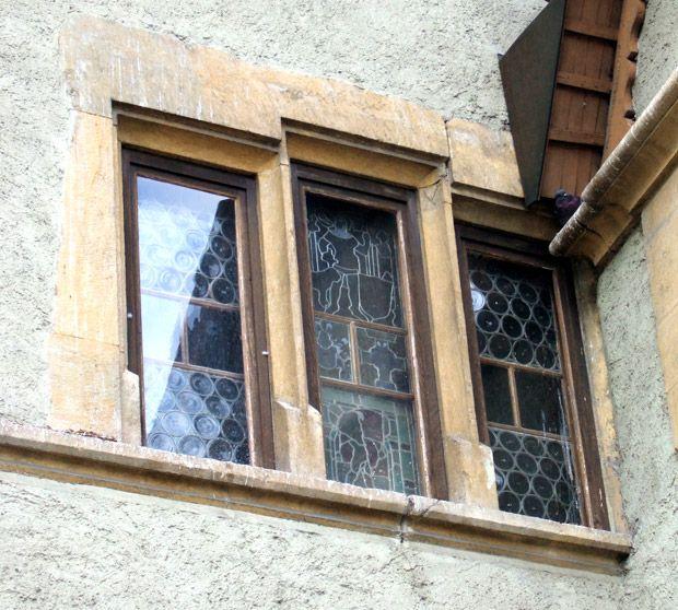 Photo : fenêtre pyramidale à meneaux, La Neuveville, ancien Hôtel de Ville