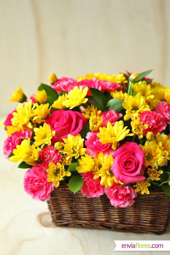 Arreglo floral original en canasta. Ideal para decorar tu casa o como regalo para tus seres queridos. #EnviaFlores #Rosas #Margaritas #Flores