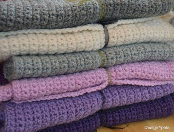 Et herlig varmt og robust heklet teppe i 100 % ull. Katter elsker å sove og slappe av i ullplagg. Dette er et teppe som katten din vil sette pris på. Legg det på kattens favoritt plass og par møbler for hår. Flott å ha i reiseburet til katten din også.  Tilgjengelige farger: Off white, lys grå, rosa, lilla og koksgrå. (oppgi ønsket farge i kommentarfelt når du bestiller).  Størrelse ca: 50 x 30 cm. Håndvaskes i lunkent vann. Tørkes flatt.