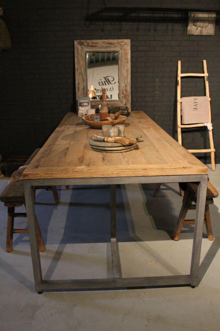 Prachtige stoere eettafel. Het blad is gemaakt van diverse soorten gerecycled oud hout en het bijzondere frame is van staal. Afmeting 240x100x78cm. Deze tafel is direct leverbaar. Maak gerust een afspraak om de tafel in onze showroom te komen bekijken.