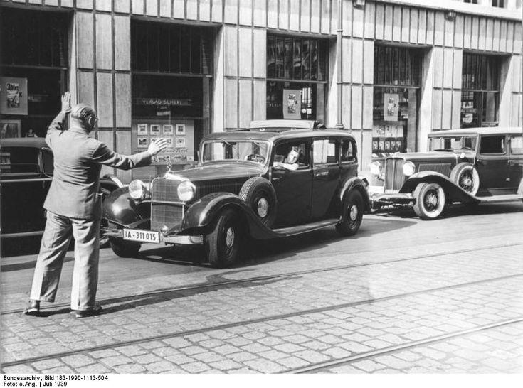 Berlin.- Automobile vor dem Verlagshaus Scherl in der Zimmerstraße, Frau beim Einparken mit Mercedes-Benz mit Mann beim Einweisen | 1939