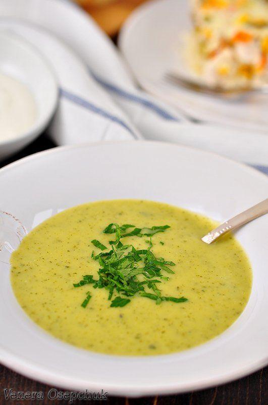 Суп-пюре из цуккини и картофеля Что нужно: Цуккини - 3 шт. (средние) Картофель - 5 шт. (средние) Лук репчатый - 1 шт., Масло оливковое (растительное) - 4 ст.л., Соль - 1 ч.л., Перец черный молотый - по вкусу, Тимьян сухой - 0,5 ч.л., Бульон овощной (или вода) - 750 мл., Молоко - 250 мл.