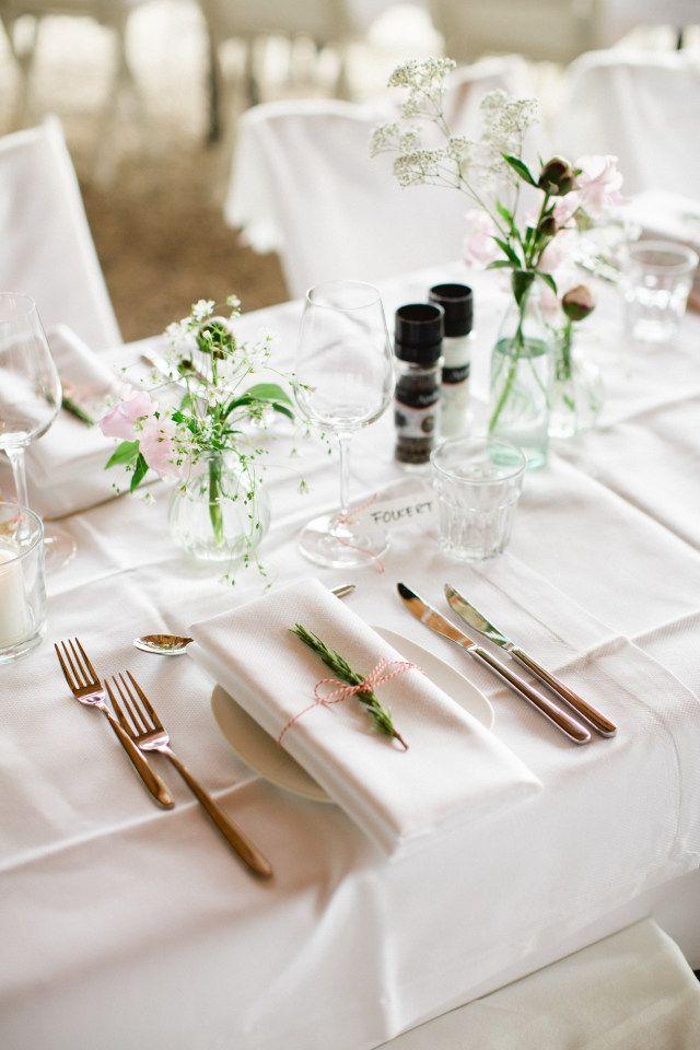 Credit: Susan Noelle - huwelijk (ritueel), bruiloft receptie, tabel (meubels), romance (relatie), glas, elegant, dining, couvert, bruidegom, bruid, bloem (plant), zilverwerk, luxe (rijkdom), geen persoon, viering, mes, vork (bestek), huwelijk (burgerlijke staat), tafelkleed, bruids