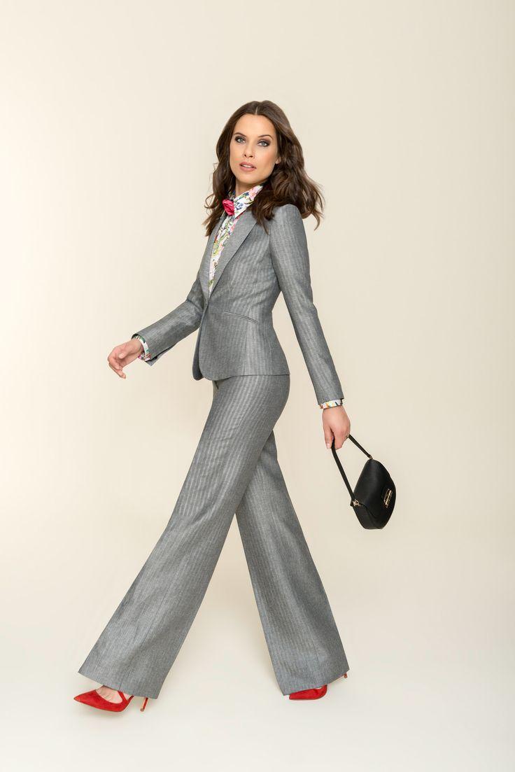 Dass Sie mit einem silbrig-grau schimmernden Outfit in dieser Saison goldrichtig liegen, beweist der Hosenanzug. Das diskrete Design von Blazer und Hose gibt dem aufregend-kühlen Stoff in Fischgrat-Dessin den passenden Raum, um seine elegante und stilvolle Wirkung zu entfalten. Der Blazer ist schmal und tailliert geschnitten und wird mit einem Knopf geschlossen. Die Hose im Marlene-Stil bekommt durch die markante Bügelfalte Struktur und verleiht seiner Trägerin eine lange, schmale…