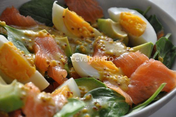 Reteta de salata cu spanac, ou si avocado si dressing de mustar cu lamaie. Retete usoare de salate. Cum se face salata cu somon si avocado. Retete cu poze.