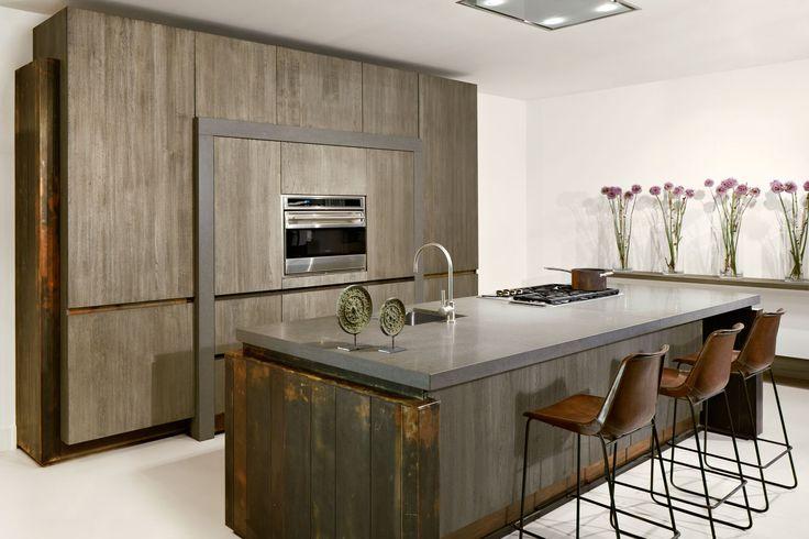 De Copper Loft is een moderne keuken die opvalt door het gebruik van verweerd koper, donker hout en aanrecht van lavagesteente.