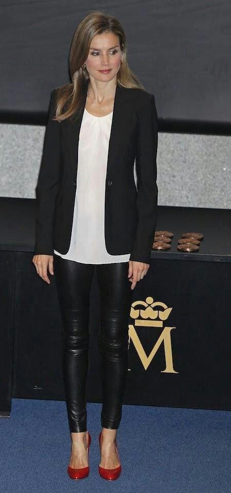 Doña Letizia, Princesa de Asturias se decidió por una blusa en color blanco, la llevaba por fuera, un blazer negro y los leggins de vinilo. El toque final lo dio con unos zapatos de tacón rojos.                                                                                                                                                                                 Más