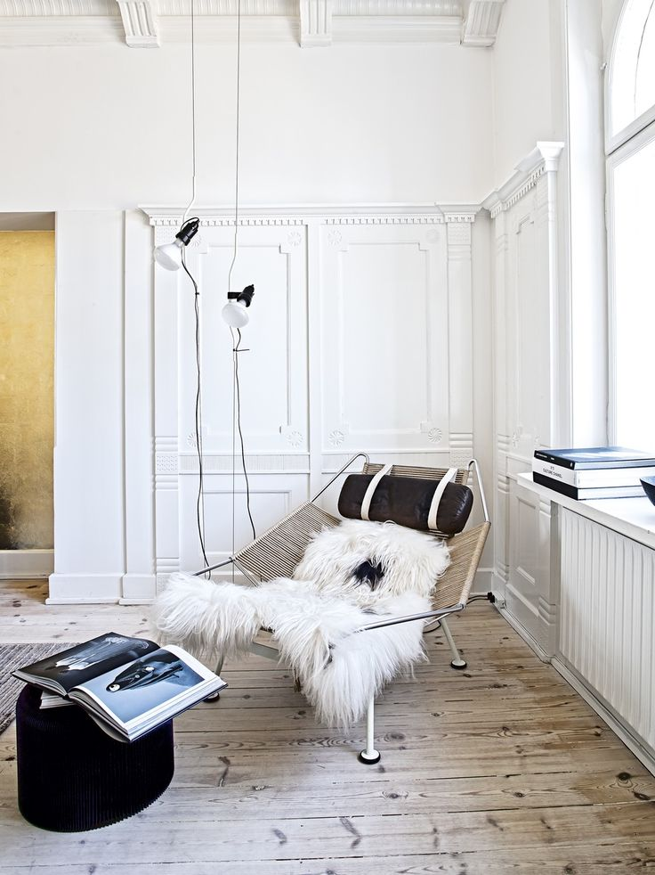 Reading corner in the living room featuring Hans J. Wegners Flagline chair.