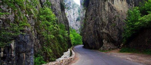 Cheile Bicazului  Cheile Bicazului este acea regiune ce face legatura intre Transilvania si Moldova, functionand pe post de granita intre cele doua mari regiuni ale Romaniei.  Regiunea Cheilor Bicazului este cunoscuta ca fiind o regiune deosebit de pitoreasca. Tocmai din acest motiv, anual atrage o sumedenie de turisti dornici de a explora frumusetile naturale ale tarii noastre. Cuprinsa intre Lacul Rosu si Bicazul Ardelean, zona Cheilor Bicazului se intinde pe o suprafata de 6 km.