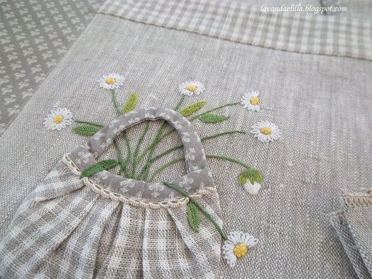 Ancora due tovagliette   cucite sempre con la stessa stoffa di quelle con le barchette .        I bordi sono cuciti diversamente e con ...