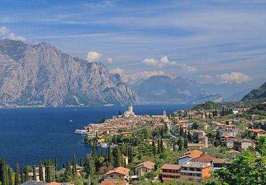 Boende med frukost på fyrstjärnig resort högt uppe i de gröna bergen ovanför Gardasjön med elegant spa och fantastisk utsikt