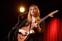 https://www.youtube.com/watch?v=XF35FtWgh_8 Видео песни «Pops» с альбома 'MY WOMAN' вышедшего в 2016 году. Angel Olsen — американская певица, автор-исполнитель, выросла в Сент-Луисе. По собственному признанию, её увлечение музыкой, начавшееся в детстве — способ заполнить пустоту,...