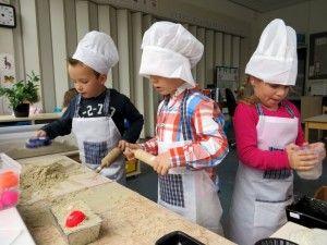 Zandtaartjes bakken in de bakkerij, kleuteridee.nl , thema bakker voor kleuters
