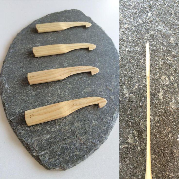 Superslank skeikrok i ask med behageleg handtak. Super slim reedhook with a pleasant handle. #tre #wood #trearbeid #woodwork #woodcraft #ask #ash #skeikrok #skjekrok #reedhook #veving #weaving #dowoodworking #tradisjon #tradition #tradisjonshandverk #treverkarform
