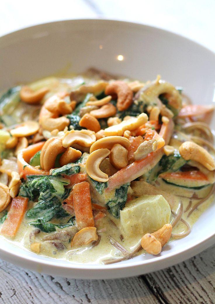 Vandaag op het menu: een snelle vegetarische green currymet veel groenten én soba noodles. Kook de soba noodlesvolgens de aanwijzingen op de verpakking. Meestal is een minuut of vier in kokend water voldoende. Roosterde cashewnoten kort in een droge pan. Hak ze eventueel grof. Zet een wok op hoog vuur en verhit er wat olie …