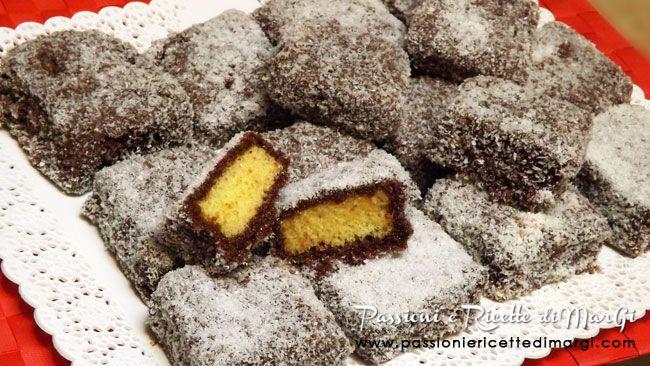 Lamingtons australiani ricetta dolci tipici dell'Australia ricoperti di cioccolato e cocco. RIcetta con foto passo passo e video.