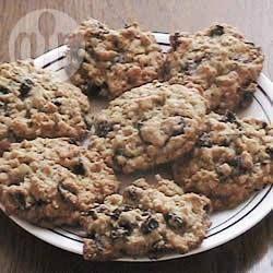 """Мягкое овсяное печенье с шоколадом ...""""Это мягкое американское печенье - настоящее лакомство, да еще и полезное (с 3 стаканами овсяных хлопьев!)."""