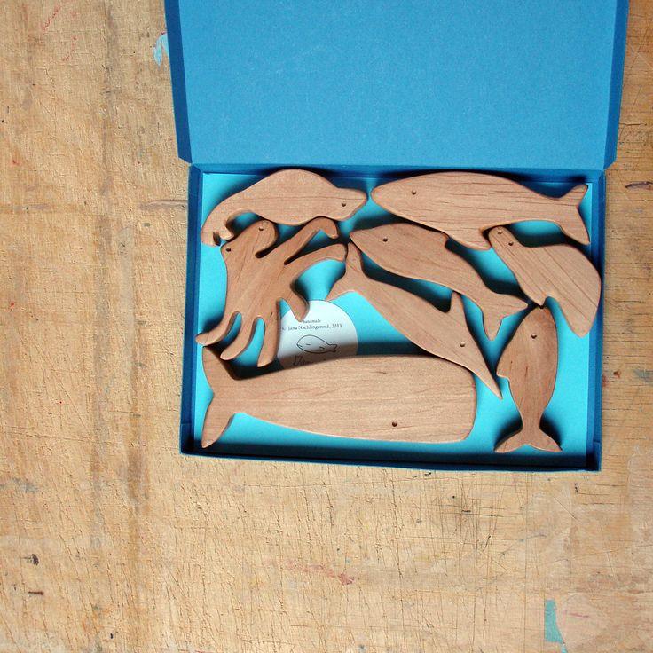Zvířátka/ Moře/ 8ks Velryba, žralok, mečoun, želva, lachtan, tuňák, delfín, chobotnice. Zvířátka jsou vyrobena z olšového dřeva, povrchová úprava včelím voskem. Délka velryby 12,5 cm, tloušťka dřeva 1,2 cm V papírové krabičce