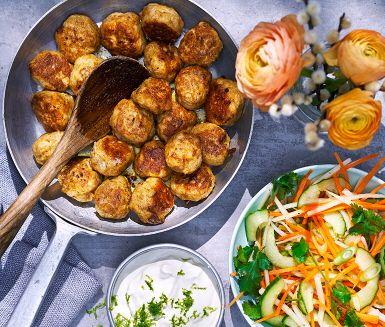 Mumsiga och vackra kycklingbullar med en jättefräsch sallad och en frisk yoghurtdressing till i detta indiska recept. Tandoorikyckling är ju nästan en svensk klassiker, och serverar du med ris och naanbröd bjuder du på indisk mat när den är som allra bäst.