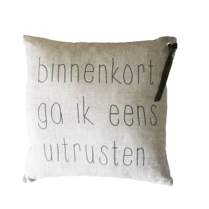 Zusss Kussen tekst p&z 'binnenkort ga ik eens uitrusten', 43x43cm Verkrijgbaar bij www.label123.nl