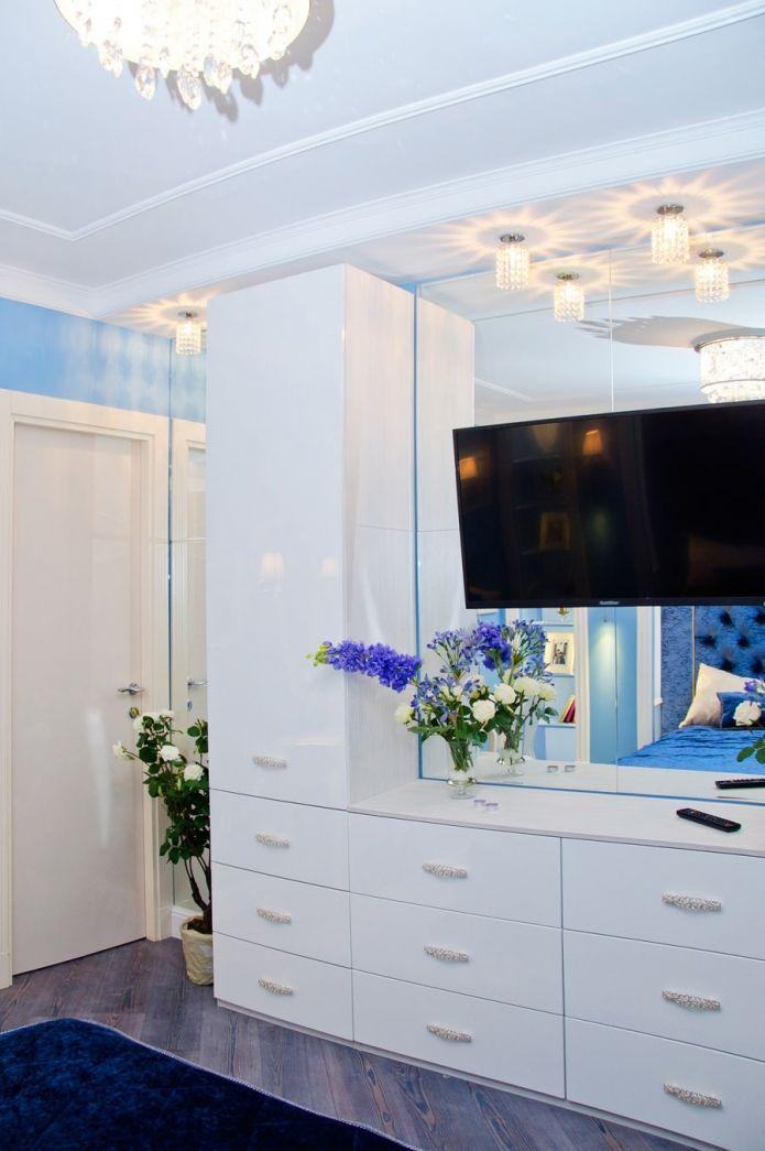 дизайн сине-белой спальни