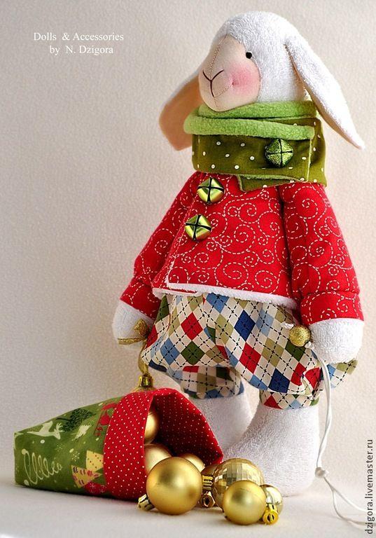 Озорной молоденький барашек мечтает встретить Новый год в весёлой дружеской компании! По этому случаю он одел свои самые нарядные штанишки и яркий кафтан со звонкими бубенцами. Прихватив с собой саночки, чудо - мешочек и праздничное настроение, малыш отправился в новый дом! Рост барашка 38 см. Сшит из хлопковой махровой ткани, наполнен холлофайбером, одёжка: хлопок, флис, искусственный мех.