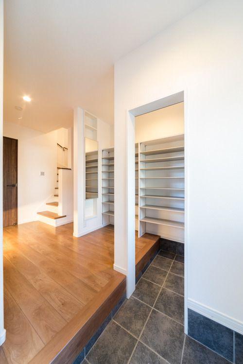 たくさんの棚板。クローク収納・内部ユニットのダイケンのカンタナ。カンタナは玄関・納戸向けのボックス型収納ユニットです。クローゼットにも使用可能。フロート施工が可能になり、土間を傷めず施工できます。フロート引出しもラインナップされました。 #シューズクローク #玄関収納 #クローク収納 #ダイケン #カンタナ #棚板 #可動棚 #玄関 #土間収納 #下駄箱 #靴箱