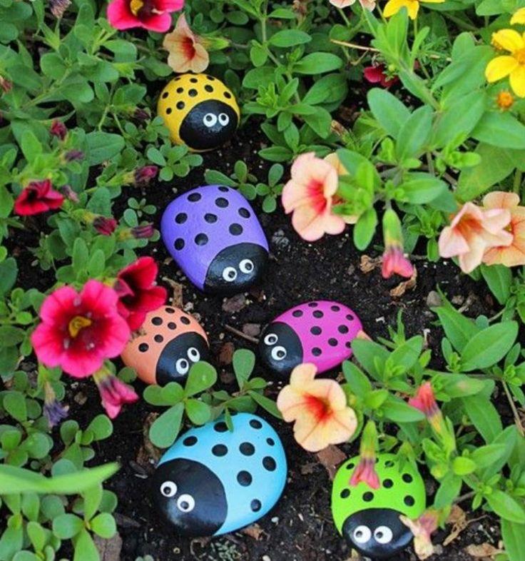 En collant des petites pierres sur une grande, il fabrique une décoration de jardin lovable!